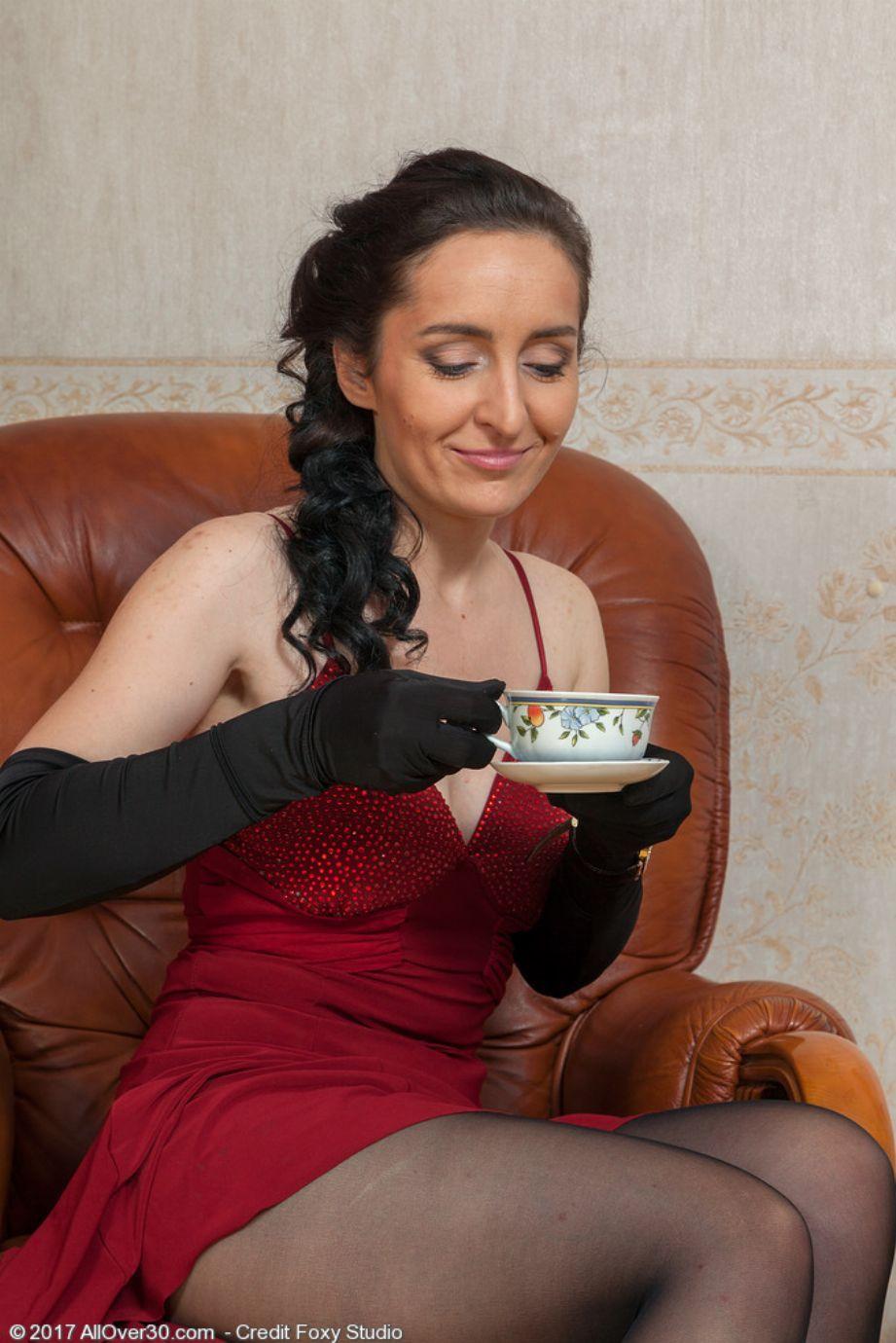 Sexy madura se hace un dedazo antes de tomarse un buen té - foto 2