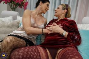 Maduras bisexuales se comen los coños a espaldas de sus maridos - foto 6