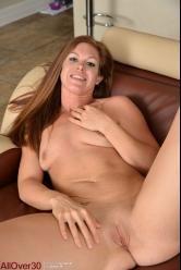 Madura cuarentona se queda desnuda con ganas de rabo duro - foto 16