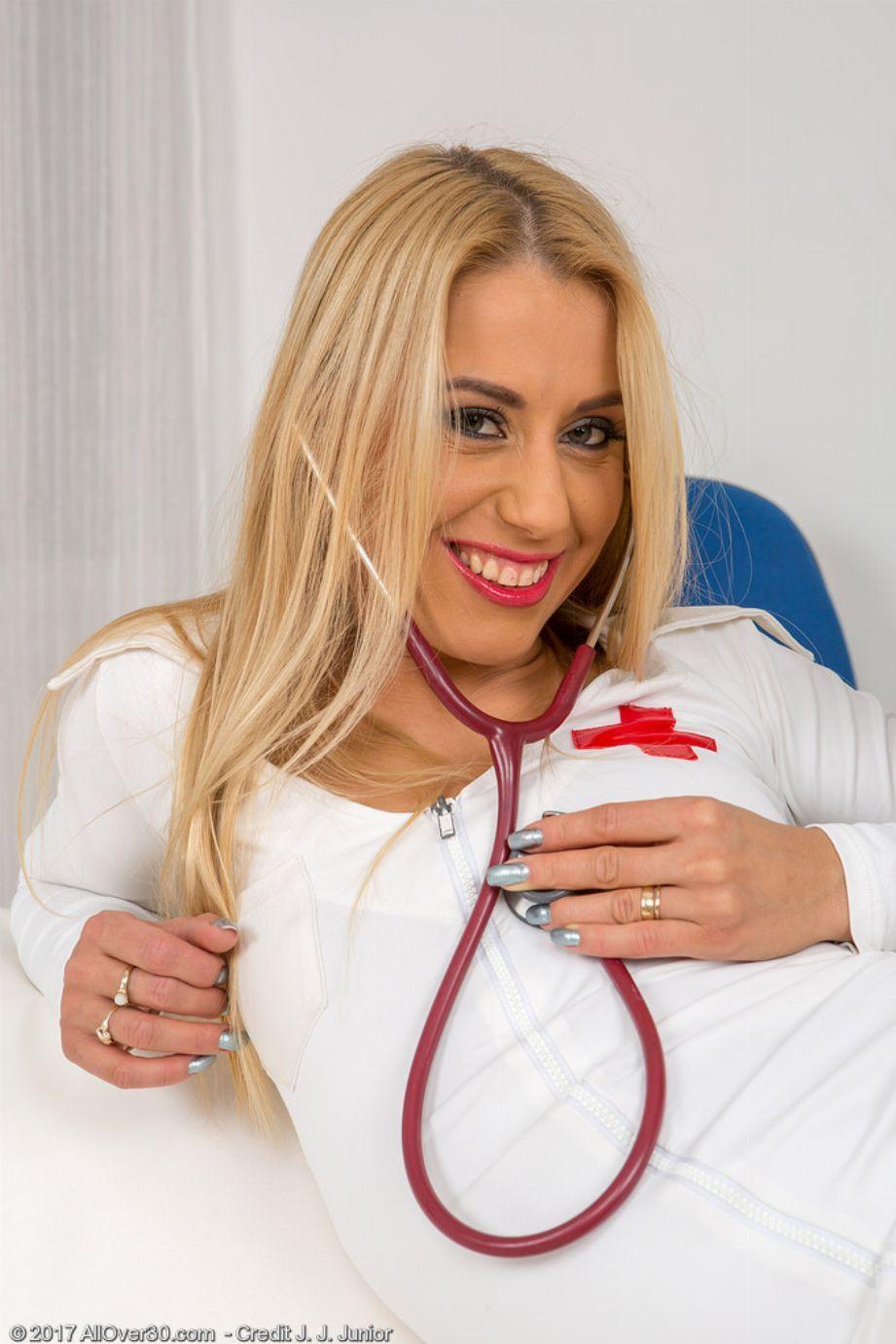 La enfermera rubia del turno de noche se hace unos dedos flipantes - foto 5