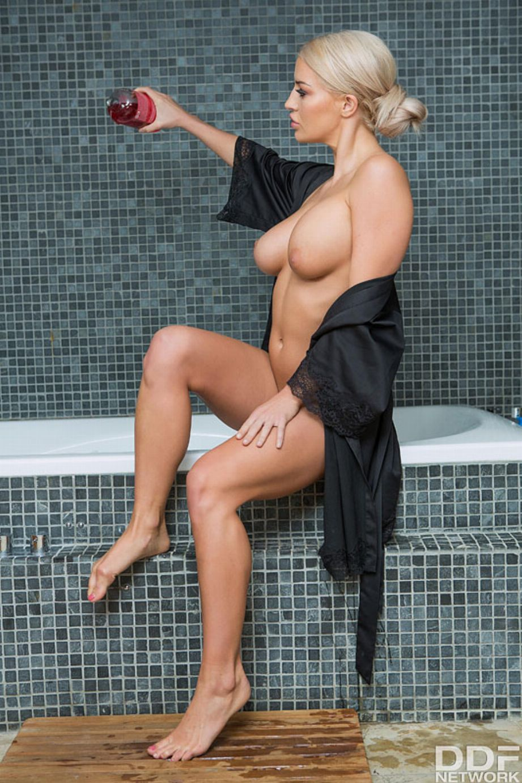Milf casada de buenas tetas se masturba en la bañera - foto 2