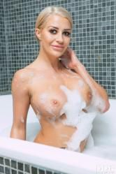 Milf casada de buenas tetas se masturba en la bañera - foto 4