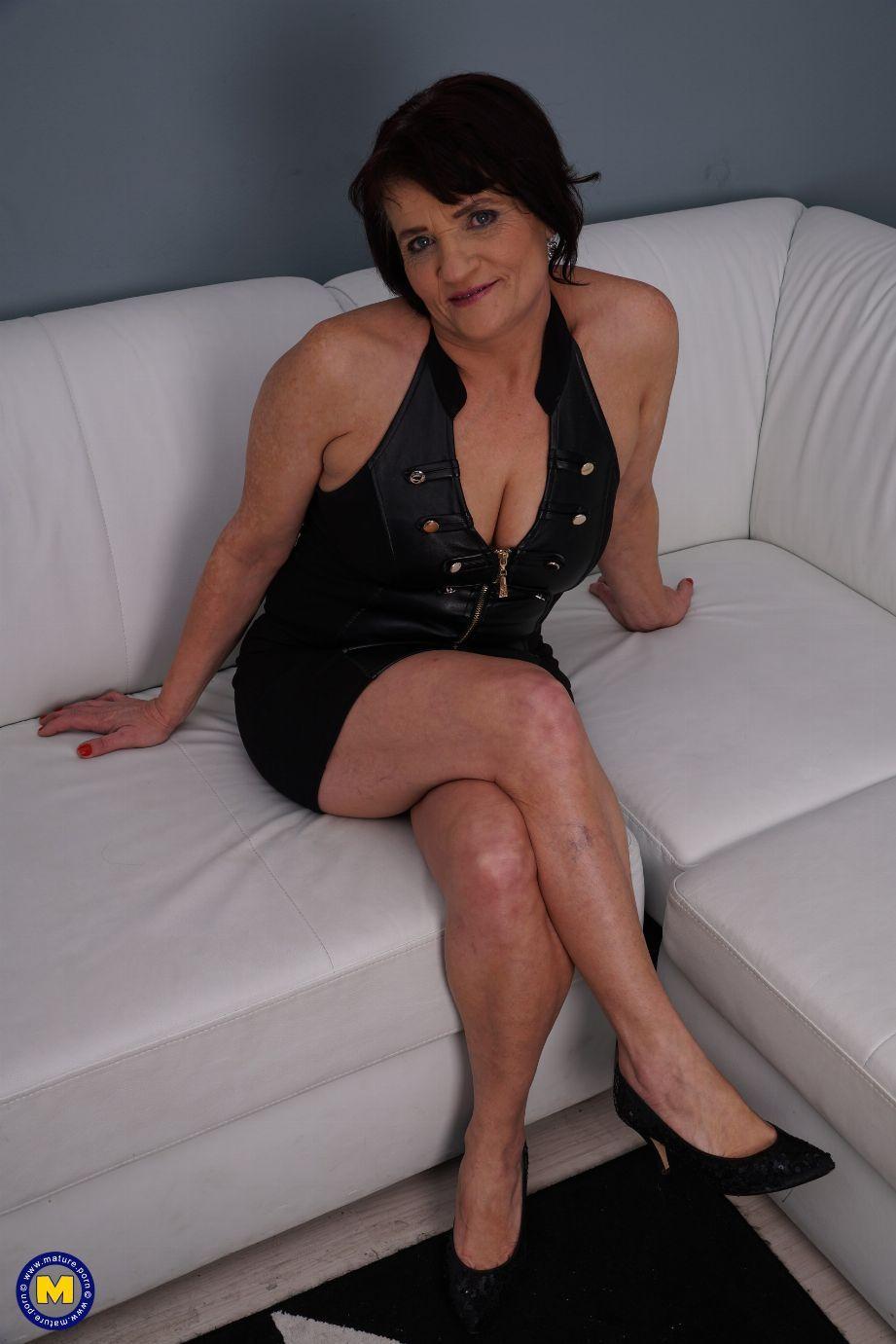 Mi suegra me invita a casa, me desnuda y me folla sin parar - foto 1
