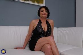 Mi suegra me invita a casa, me desnuda y me folla sin parar - foto 2