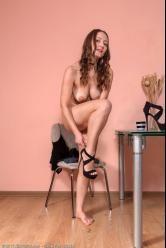 Milf atractiva está deseando llegar a casa de trabajar para masturbarse - foto 10
