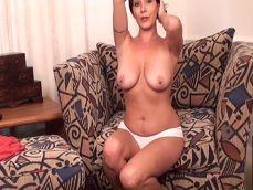 Está viuda y necesitada, por eso se exhibe en la webcam porno - Zorras