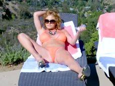 Cada vez que mamá toma el sol, joder, que calentón pillo !! - Incestos Gratis