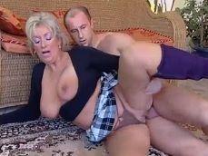 El repartidor le dio un gusto tremendo a esta vieja adicta al sexo - Abuelas