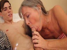 Abuela joder que gusto, la chupas mejor que mi novia.. - Abuelas