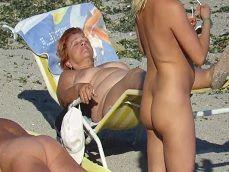Espiando a unas cuantas maduras en una playa nudista - Sexo Gratis