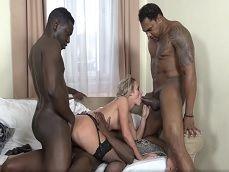 Una orgía interracial con esta señora en lencería sexy - Orgias