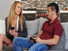 Su madre está harta de que pase todo el día jugando a la consola - Incestos Gratis