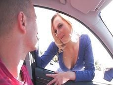 La prostituta rubia encandila a un cliente muy salido en el coche - Zorras