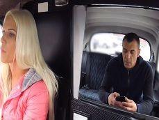 La guapa taxista se va follando a los clientes guapos que suben al taxi - Cerdas