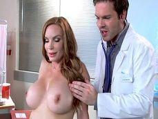 La visita de la madura al médico termina como ella quería - Amas De Casa