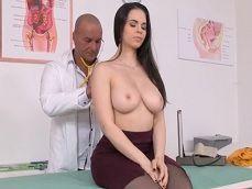 La española Nekane se deja hacer de todo por este doctor - Porno Español