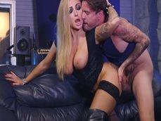 La groupie Kayla Green se lo monta en el camerino con el rockero - Actrices Porno