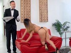 La mujer de la casa se pone a follar bien duro con su mayordomo - Casadas