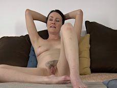 Desnuda en la cama y con ganas de grabar este vídeo erótico - Masturbaciones