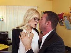 No hay secretaria más golfa que esta rubia, se deja hacer de todo - XXX