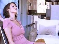 Mamá le pide un masaje a su hijo y la cosa se calienta y mucho.. - Incestos Gratis