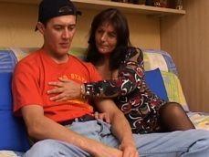 Mamá sabe como levantar el animo a su hijo, con sexo incesto!