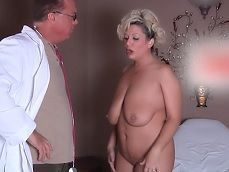 Un falso doctor se folla con fuerza a esta mujer de tetas gordas - Tetonas