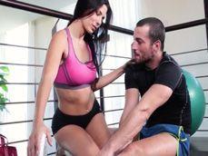 Joder, como tontea la señora casada con su entrenador personal - Porno Español