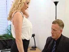 La secretaria Victoria Summers no para de zorrear con su jefe - Sexo Gratis