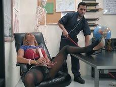 La directora se masturba en el despacho, pero no está sola.. - Cerdas