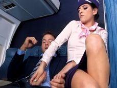 La azafata le casca una pedazo de paja a uno de los pasajeros ... - Sexo Gratis