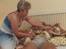 Uy con la abuela, que ganas tiene de sexo con su nieto - Abuelas
