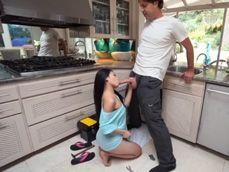 La señora de la casa casi se atraganta con la polla del fontanero - Asiáticas