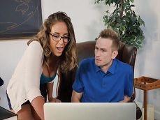 Pilla a su jefe viendo porno y ya se anima para follar con él - Folladas
