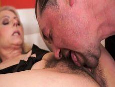 La vieja tiene el coño peludo, pero como se lo chupa su vecino - Abuelas