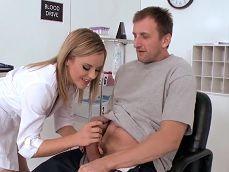 La doctora pajea con ganas la polla de este paciente, esta quiere follar.. - HD