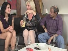 Las amigas terminan borrachas y follando juntas en un trío - Trios Porno