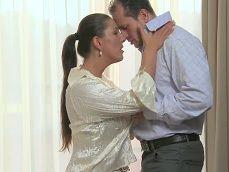 Su marido está trabajando y se folla a uno de sus vecinos - Tetonas