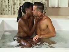 La primera vez que tiene sexo con una mujer negra - Negras