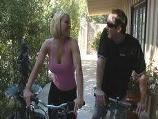 Enseña a su vecina a montar en bici y ella le monta pero su polla! - Sexo Gratis