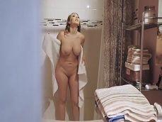 Es ver a su madre desnuda en la ducha y se pone caliente.. - Incestos Gratis
