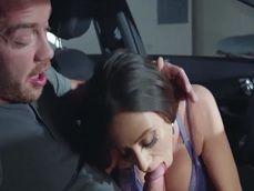 Ariella Ferrera se pone a comerle la polla a su chico en el coche - Actrices Porno