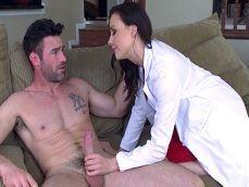 La doctora Chanel Preston sabe como animar a este paciente
