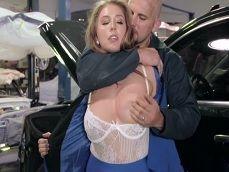 Lena Paul disfruta cuando va al mecánico, como le soba las tetas.. - Toro Porno