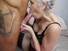 Que bien dotado que está el chico, su abuela lo aprovecha eso.. - Abuelas