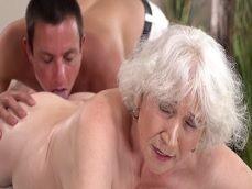 A mi abuela le gusta que le coman todo el culo, que viciosa que es.. - Abuelas