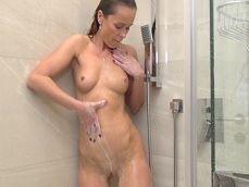 Se pone a masturbarse en la ducha, vaya ganas de orgasmo tiene.. - Masturbaciones