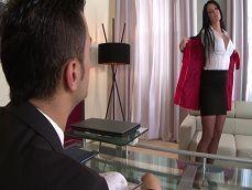 La secretaria se despelota en el despacho, esta quiere polla.. - Tetonas
