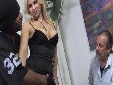 Sarah Vandella follando con otro delante de su cornudo marido - Folladas