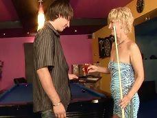 El camarero acaba ligando con esta mujer madura.. - Videos Porno
